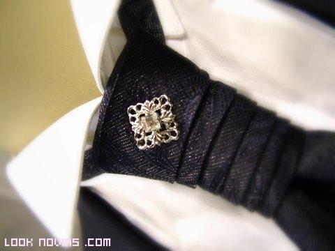 Nudo de corbata con complemento en dorado