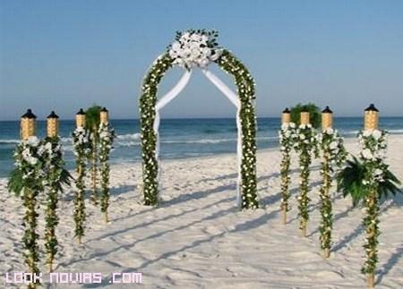 Arcos de flores y enredaderas