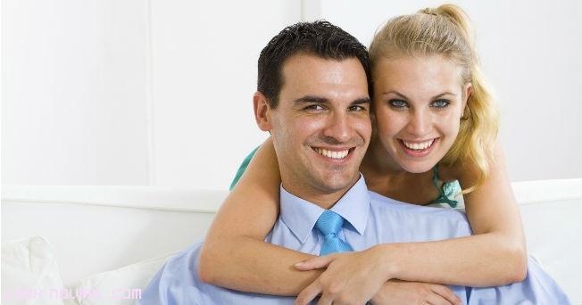 parejas felices y sonrientes