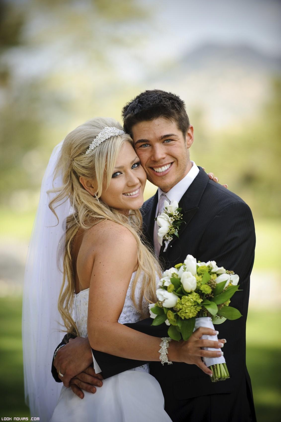 pareja de novios felices