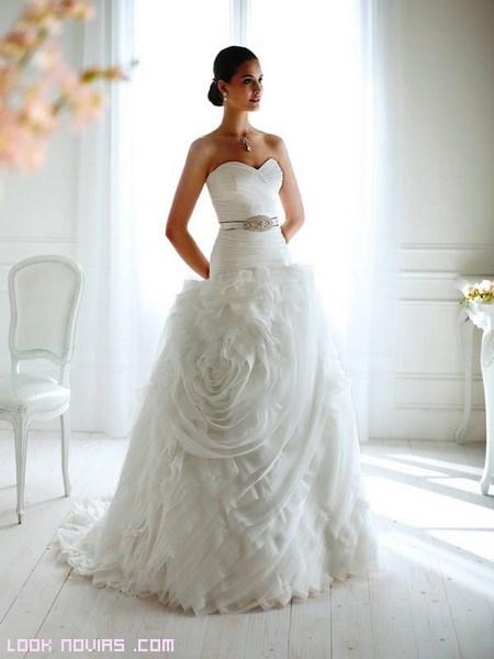 Vestidos de novia con rosas en las faldas