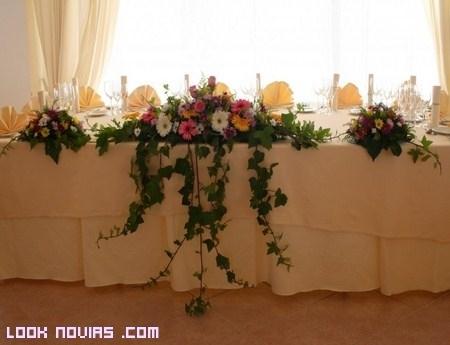 Centros de flores para la mesa presidencial