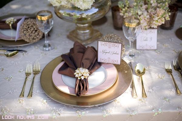 mesas elegantes en color dorado