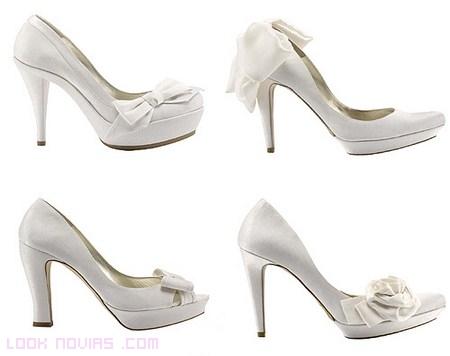 Novias femeninas con lazos en sus zapatos