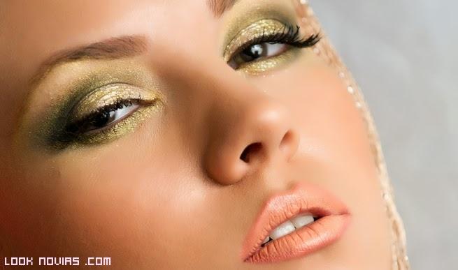 maquillaje verde con brillos