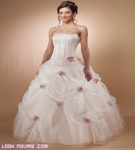 Novias con rosas en su vestido