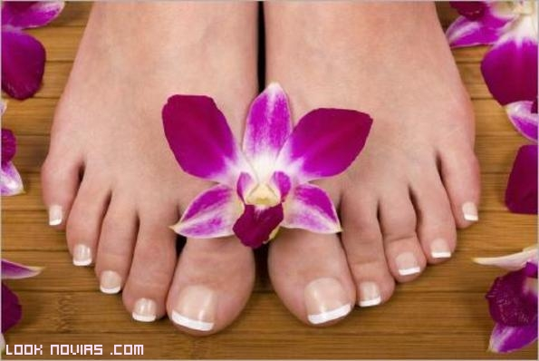 pedicura en color blanco para novias