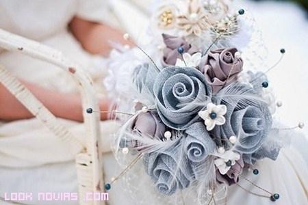 Ramos con flores artificiales