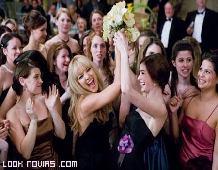 invitadas de boda con ramo