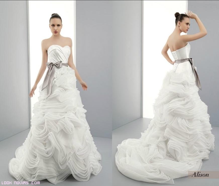 Vestido de novia con cinturón de color