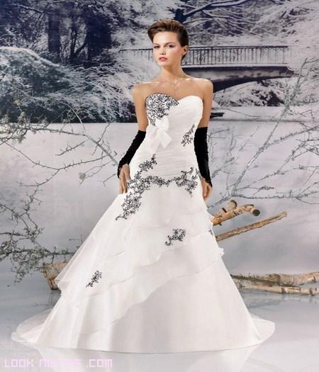 Desde luego son unos vestidos diferentes pero realmente preciosos con detalles como los volantes o los colores en gris, azul o marrón, donde telas como el