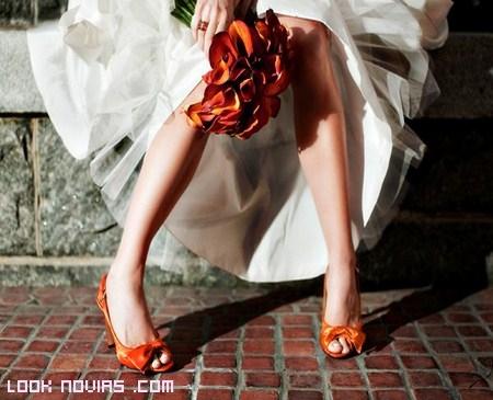 Zapatos en color naranja para novias modernas