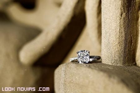 anillo de compromiso sencillo