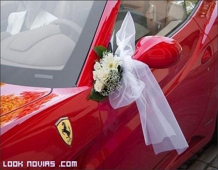 Un coche rojo para los novios