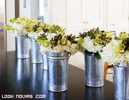 Latas con flores para tu boda