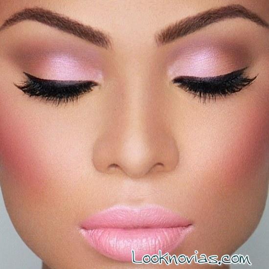 maquillaje de ojos y labios en rosa