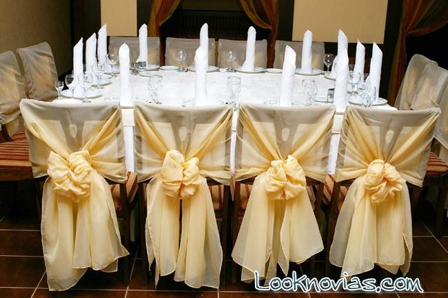 mesa y sillas decoradas para boda