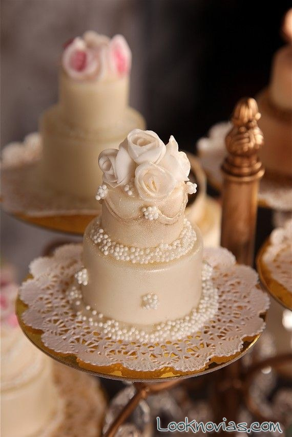 mini cakes en forma de tarta nupcial