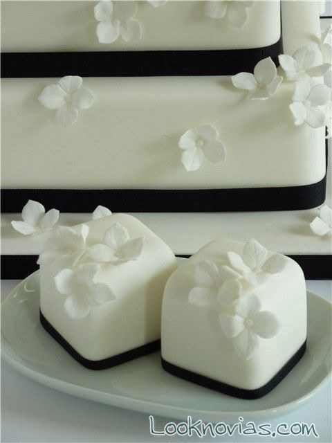 mini pasteles en blanco