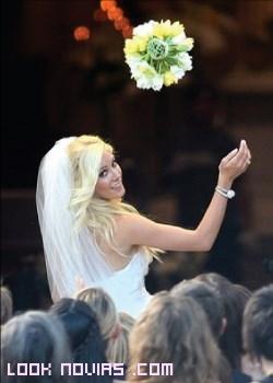 novia lanzando su bouquet
