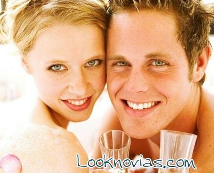 pareja feliz en luna de miel