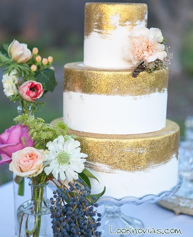 pastel de boda con partes doradas