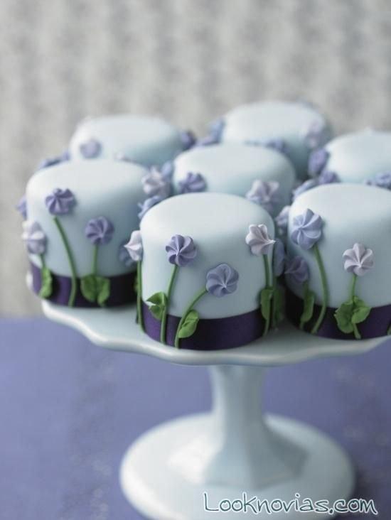 pequeños pasteles decorados para boda