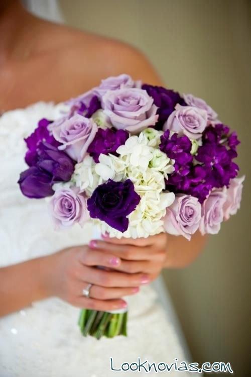 ramo morado con rosas blancas