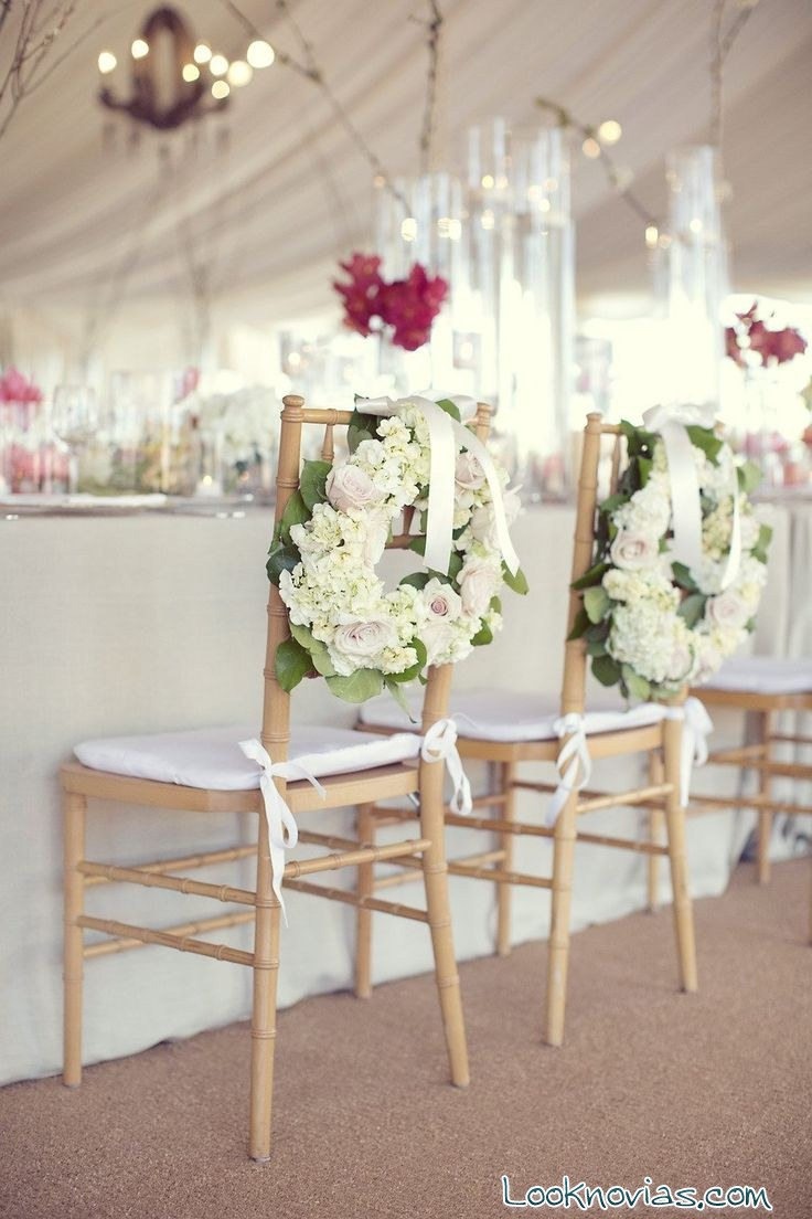 Sillas de boda decoradas con coronas