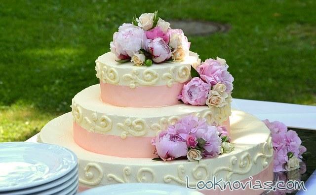 tarta de boda con lazos en rosa