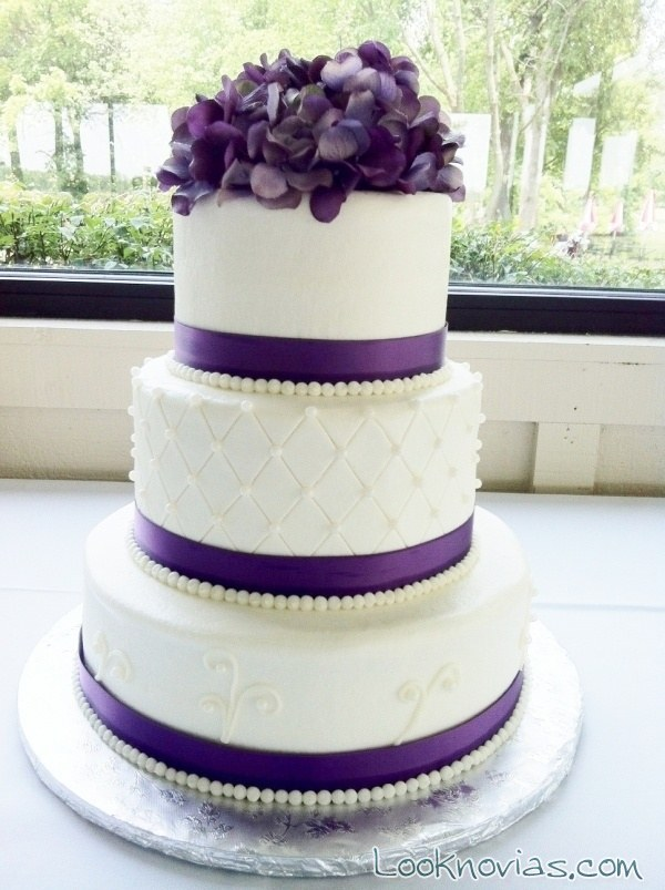 white wedding cake with purple flowers insp 237 rate con estas tartas de boda en blanco y malva 27416