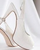 Tres pares de zapatos de novia con encaje