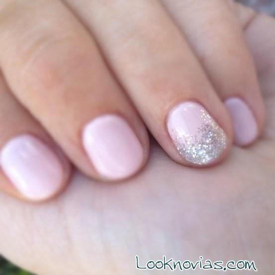 uñas rosa pastel con glitter