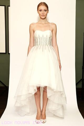 vestidos con bordados y faldas asimétricas