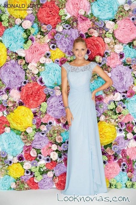vestido azul de dama de honor con escote