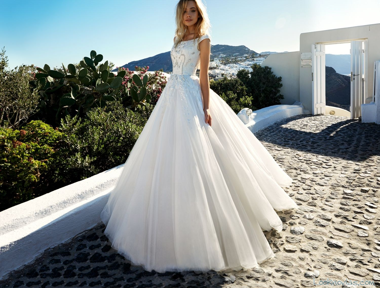 vestido blanco con bordados por el cuerpo