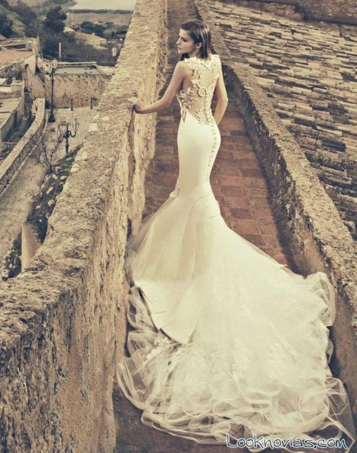 vestido con capas y escote en espalda