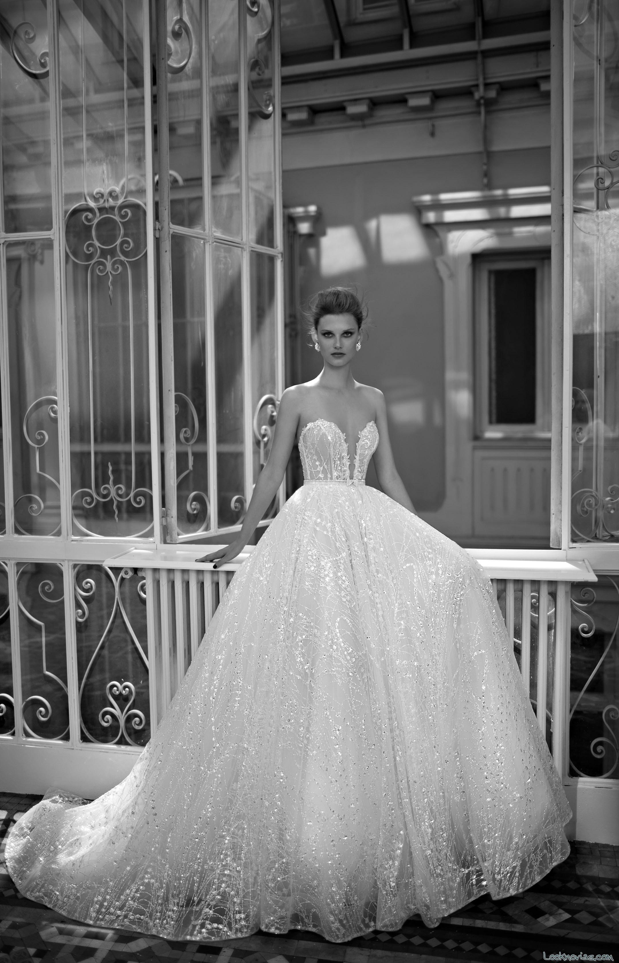 vestido con falda de gasa y volumen berta bridal