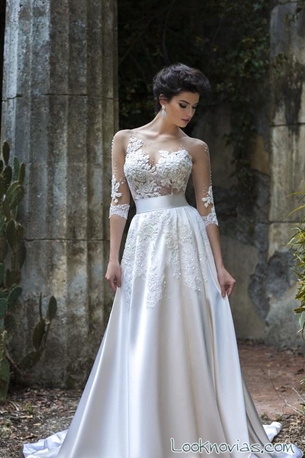 vestido con falda sencilla y mangas de encaje
