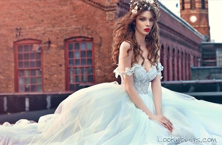 vestido galia lahav de hombros caídos
