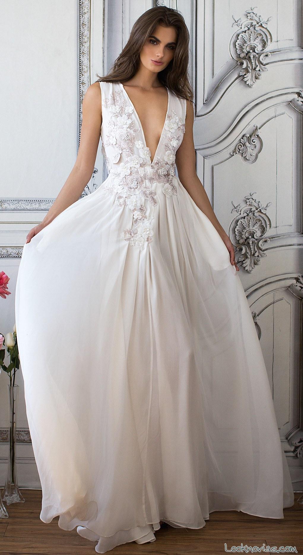 vestido novia con escote pico detalles flores