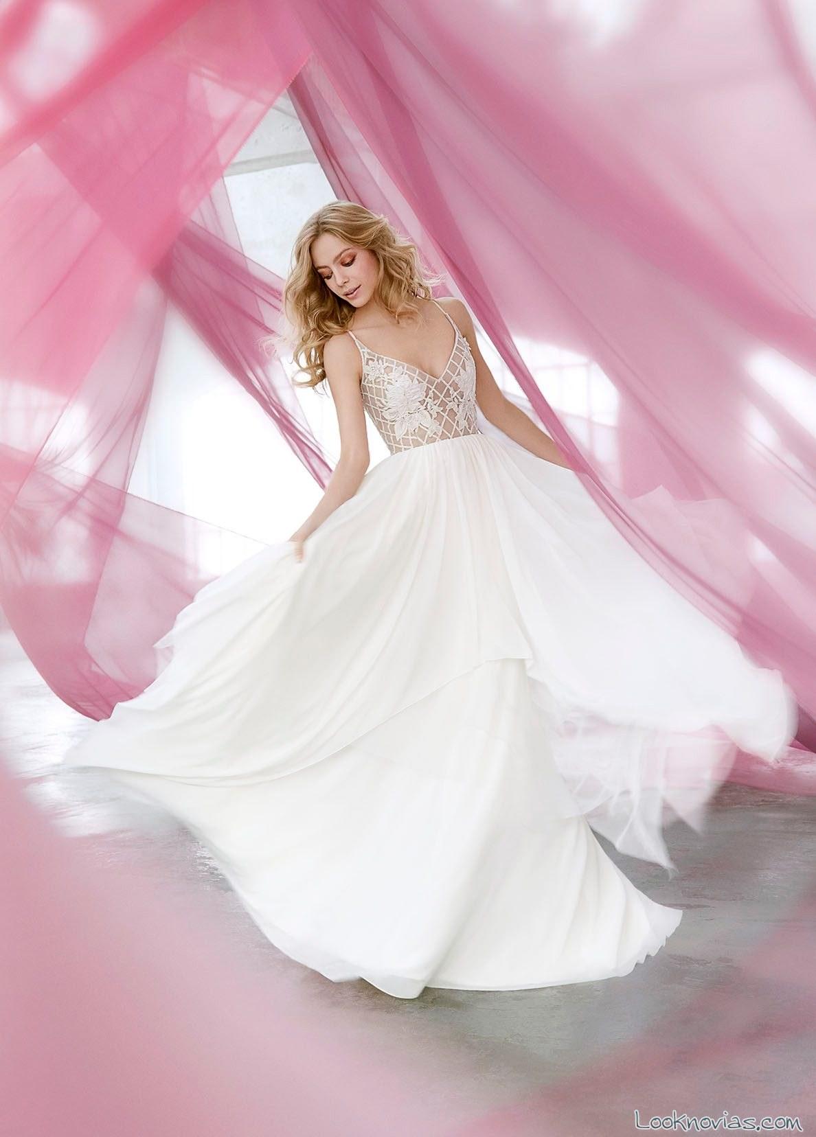vestido vaporoso con cuerpo de encaje y transparencias