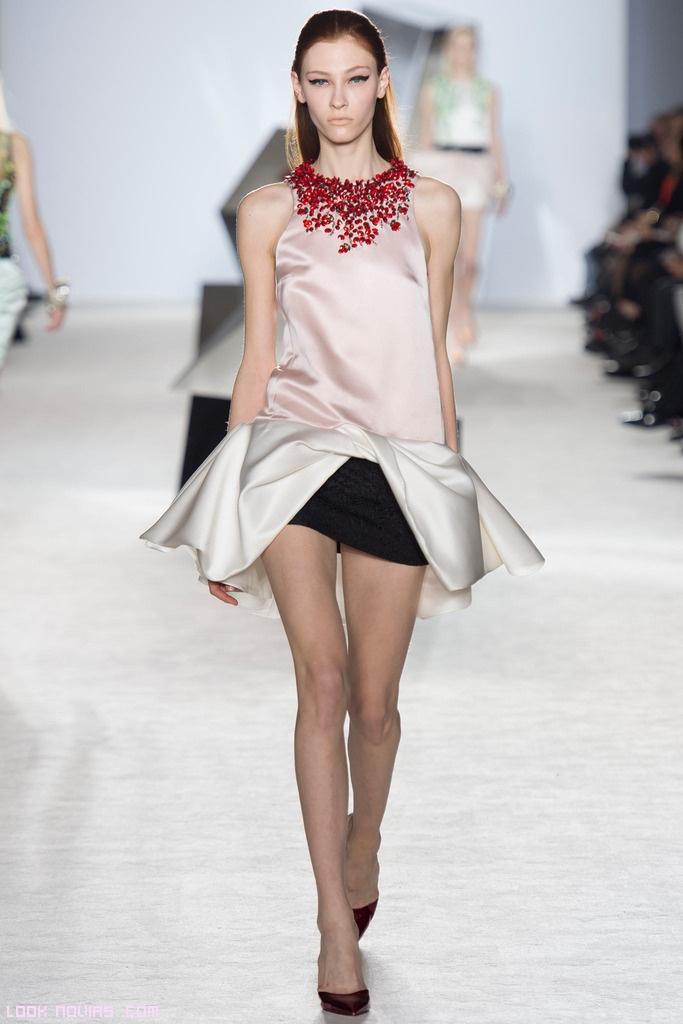 Vestidos cortos de corte peplum