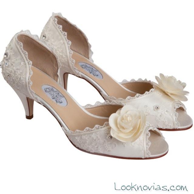 zapatos con flores para novia