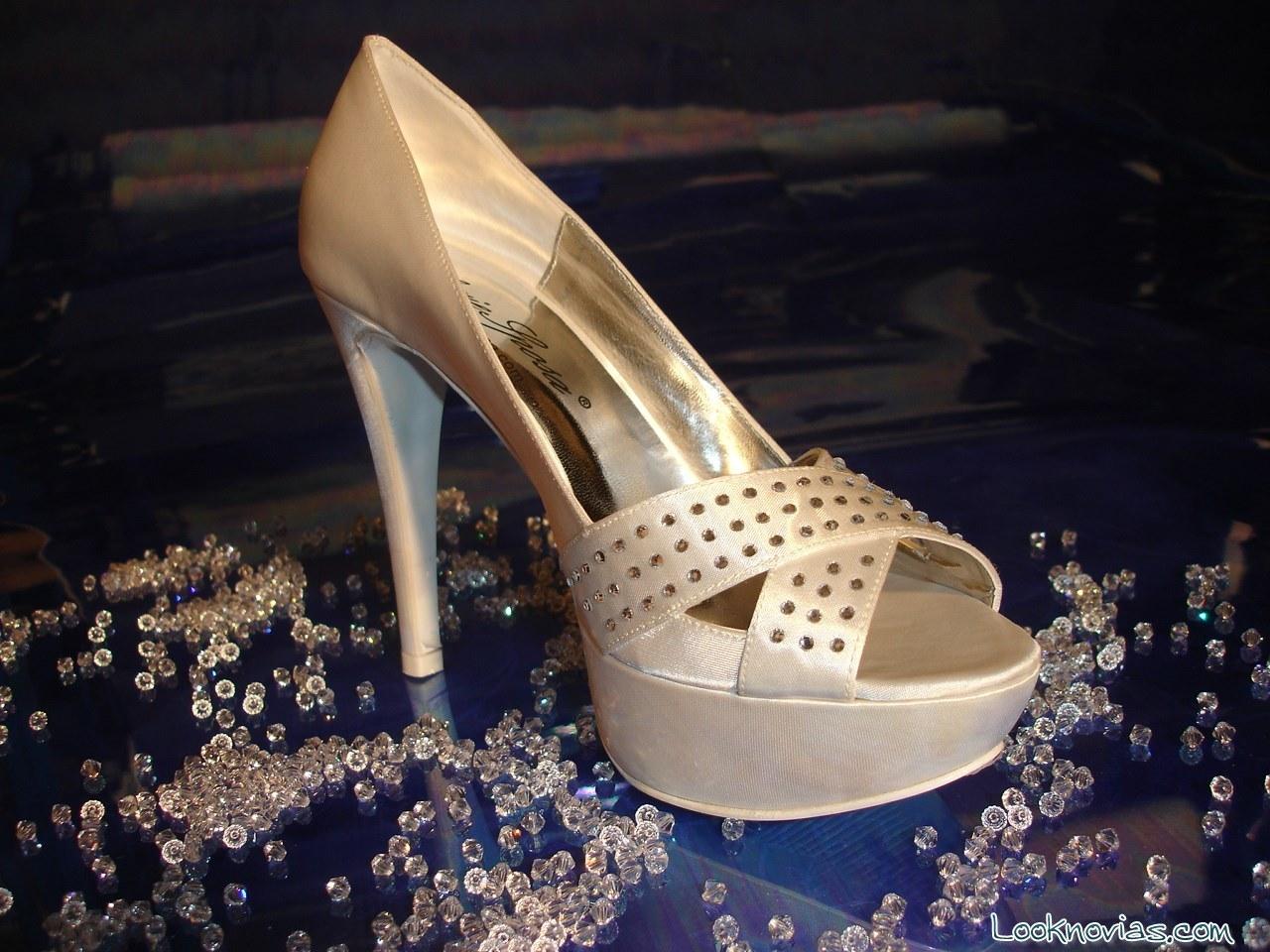 Zapatos de novia con tacón y tiras de pedrería